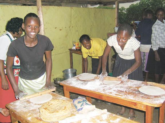 Kenyan women learn to make pizza